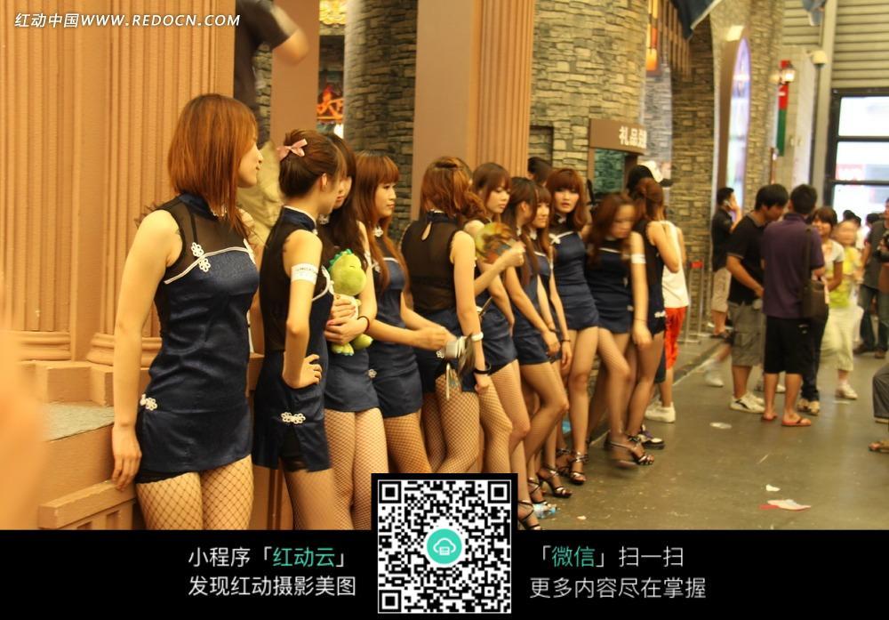 展图片--站着的一排性感美女女性_模特美女女人强行挠痒痒图片