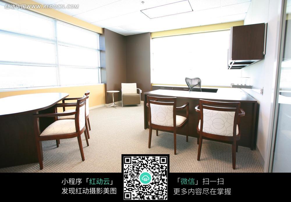 办公室内的桌椅图片_室内设计图片