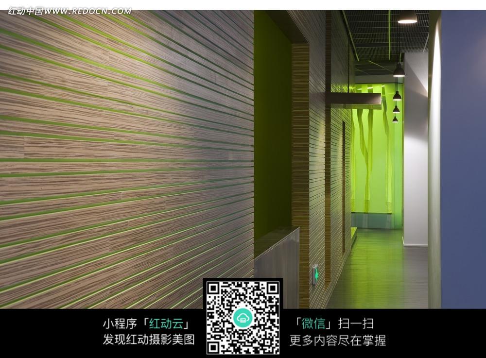 木条装饰的绿色墙壁高清图片