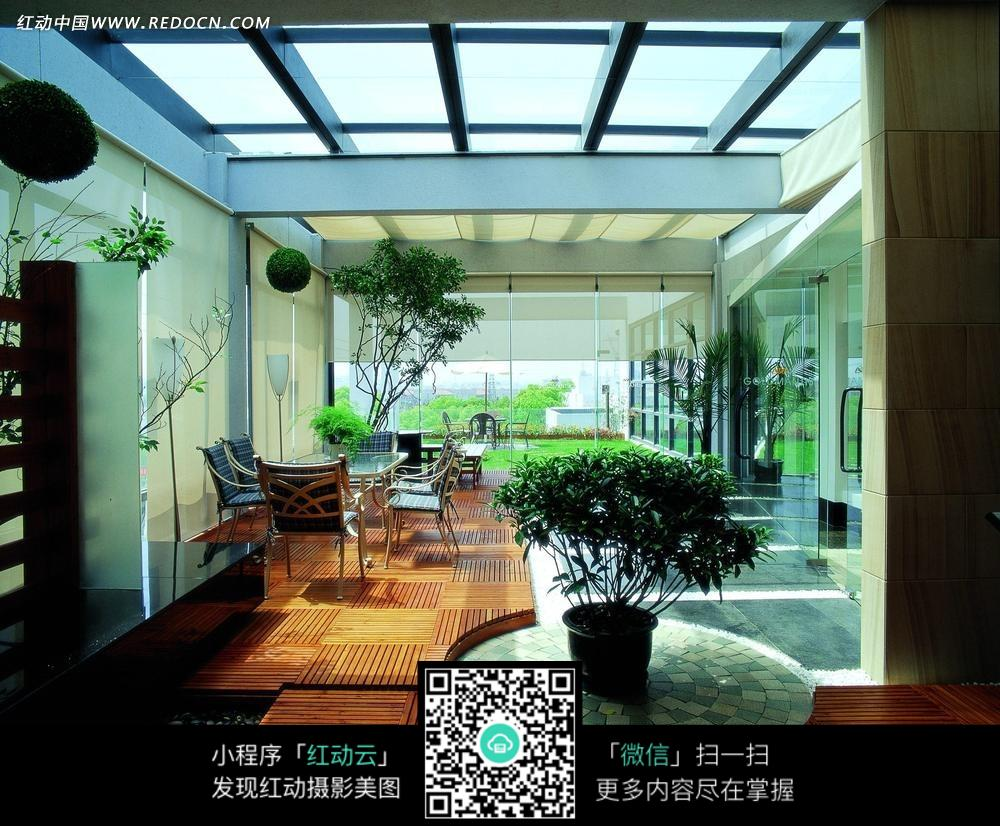 免费素材 图片素材 环境居住 室内设计 玻璃屋顶大厅内的绿色植物和图片