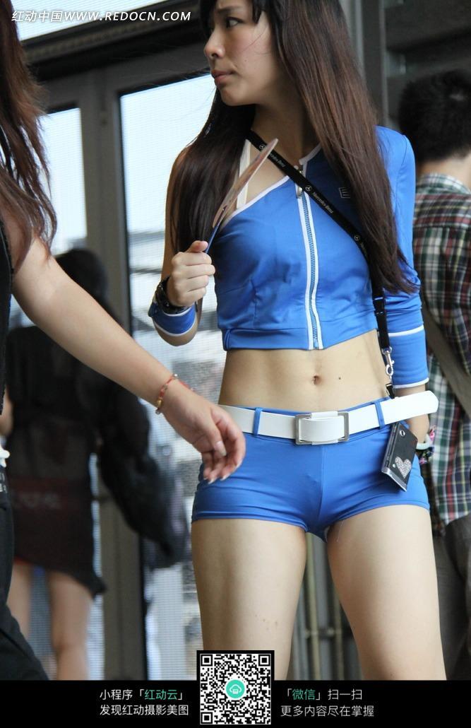 游戏展拿着扇子紧身超短裤露脐的长发美女图片