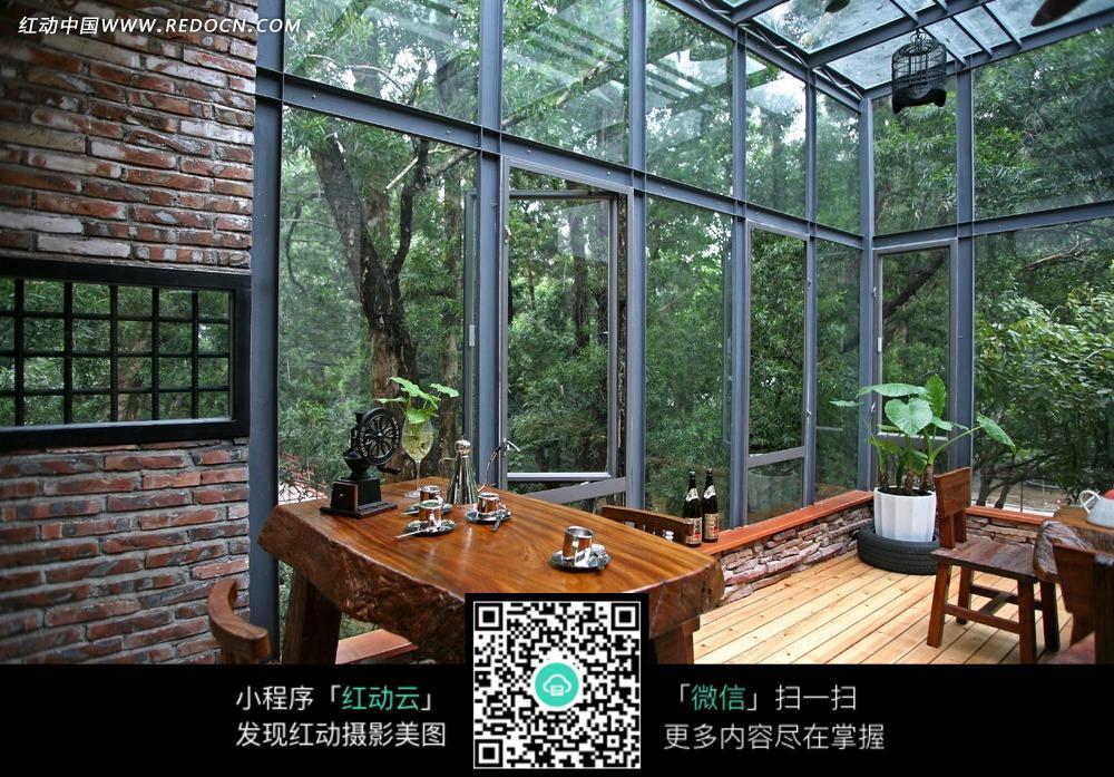 免费素材 图片素材 环境居住 室内设计 高大玻璃窗大厅内的木质桌子