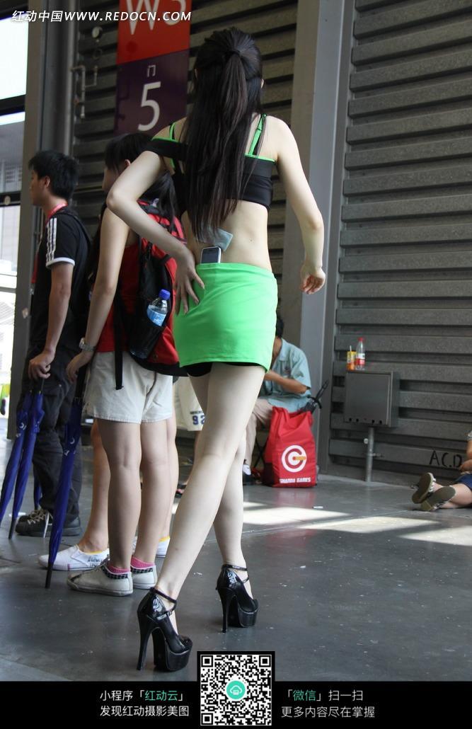 手放后面绿色短裙游戏美女背部图片 竖