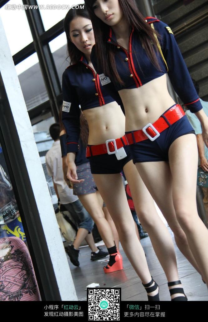 低头走路蓝色短裤长腿的游戏美女图片