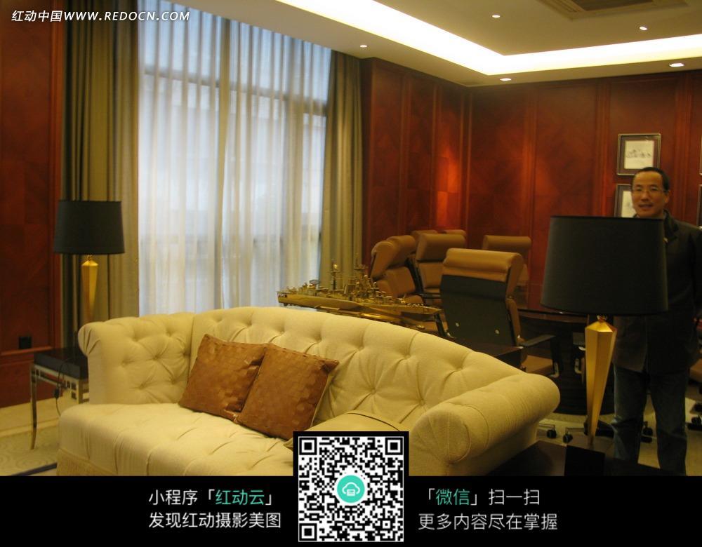 客厅里的白色沙发的黑色台灯图片