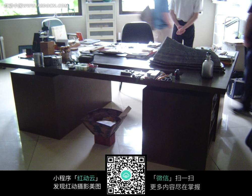 摆满各种物品的办公桌图片图片