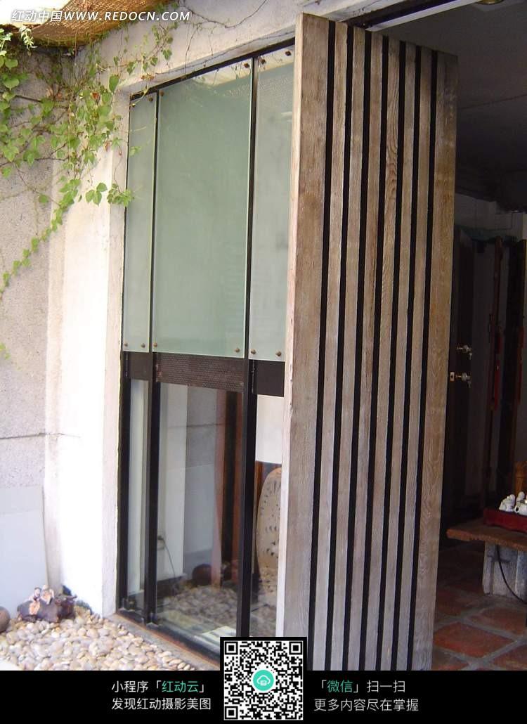 过道内的竖木条装饰隔断图片
