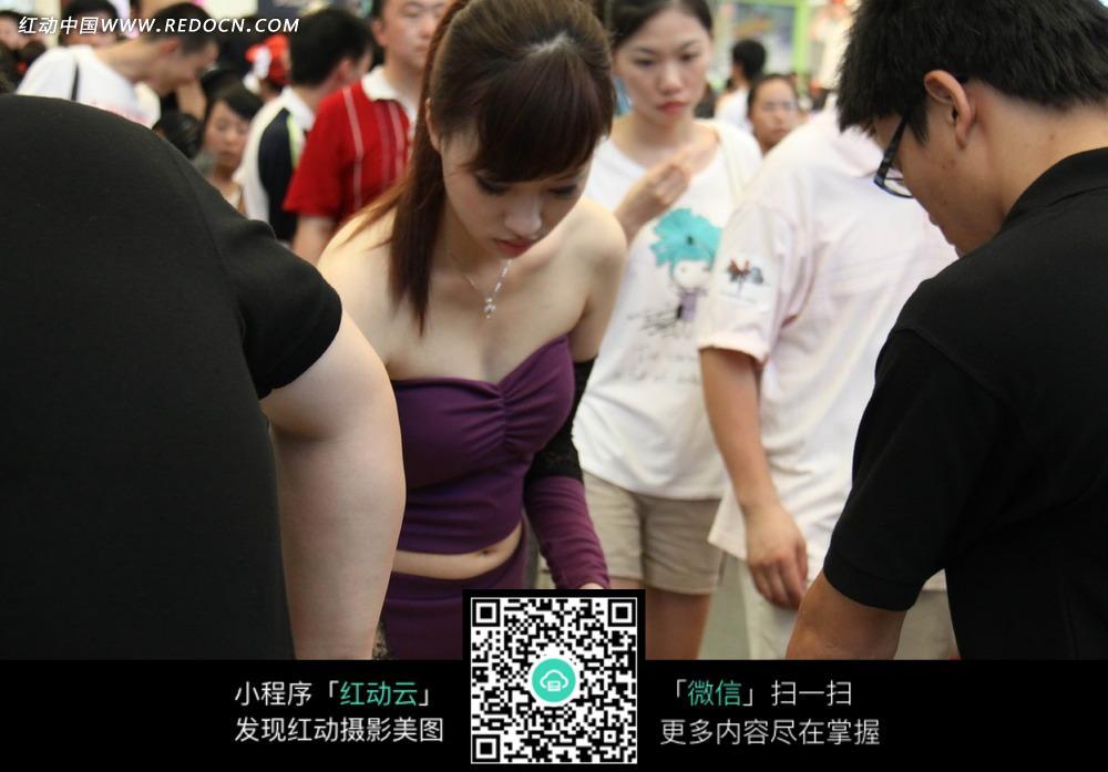 穿紫色裙子的展场美女图片