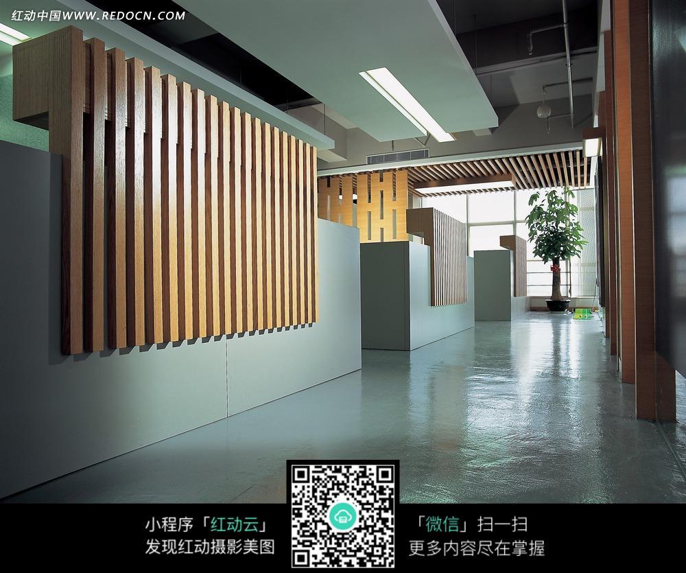 墙壁上的竖纹木条装饰图片 高清图片