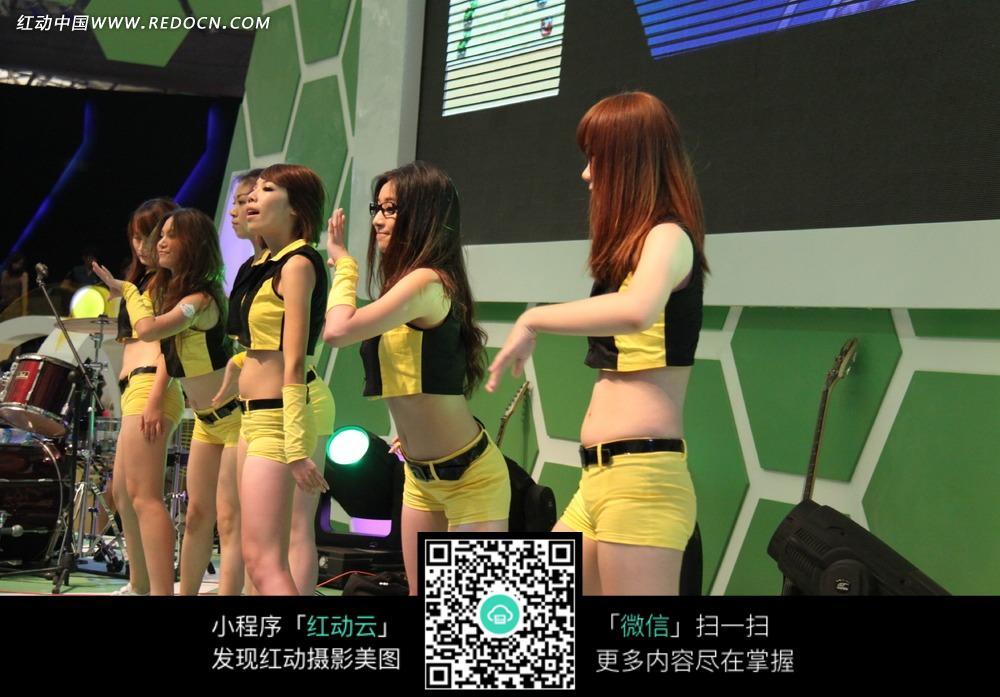 美女 黄色/展会模特/绿色舞台上穿着黄色服饰的美女