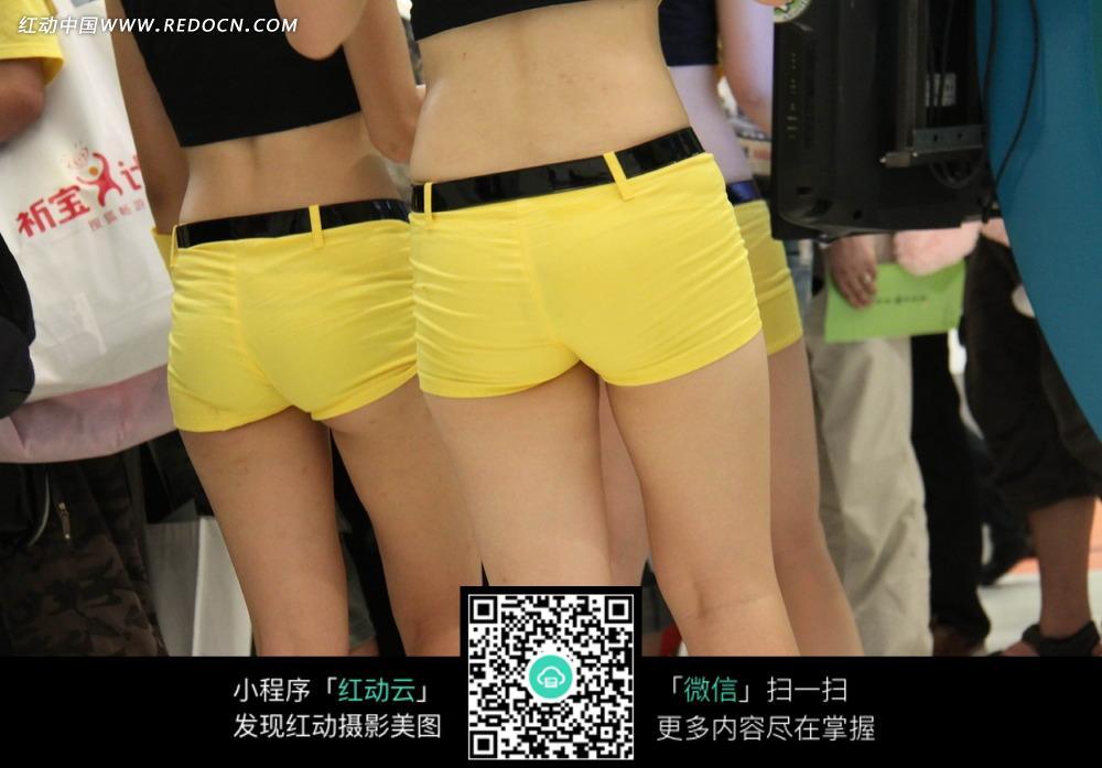 展会模特 穿着黄色短裤的女模特图片