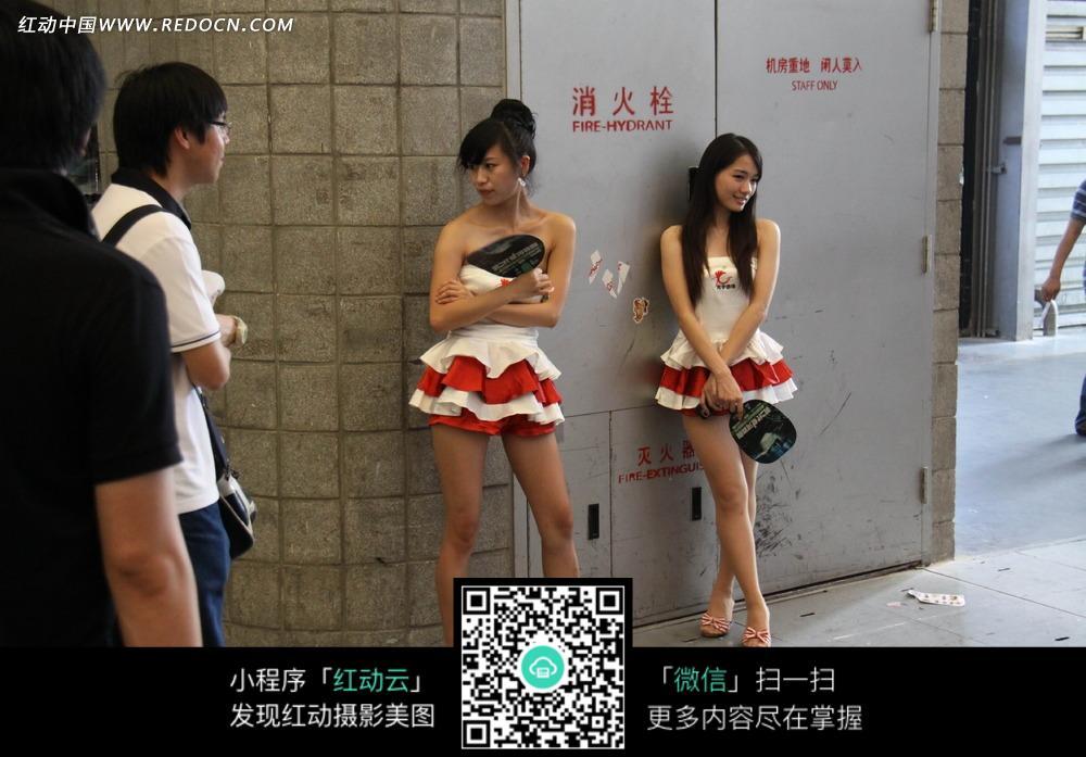 消防栓旁的超短裙露长腿展场美女图片 人物图