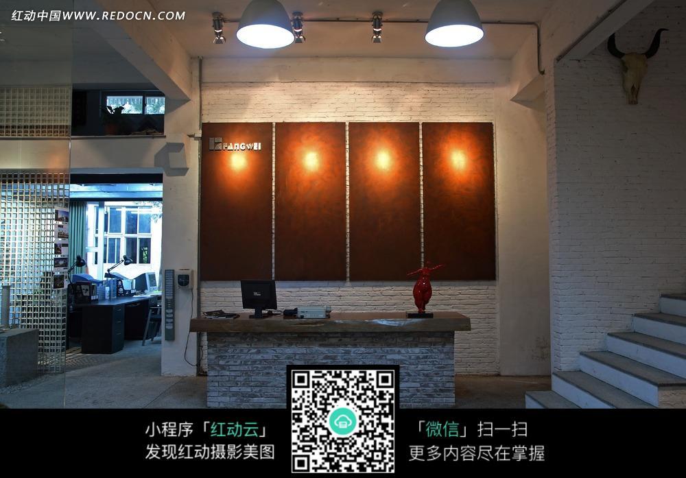 墙壁上的木板装饰和柜台上的电脑