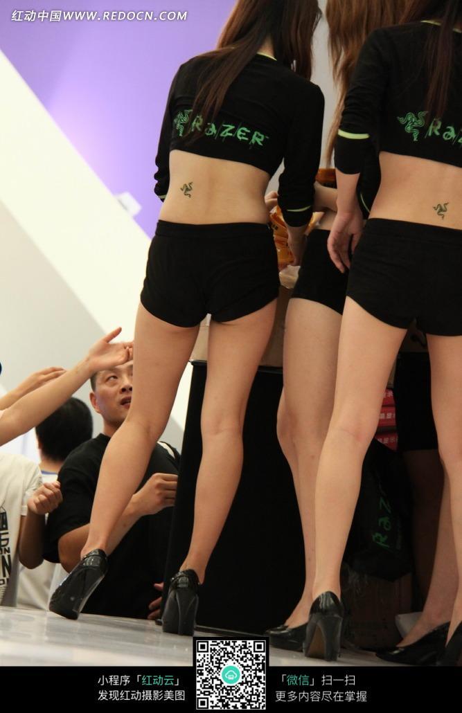 后腰上有纹身的黑衣服展场美女背影图片