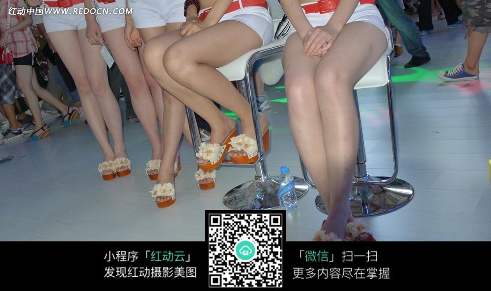 展会模特 坐在椅子上的美女腿部特写图片