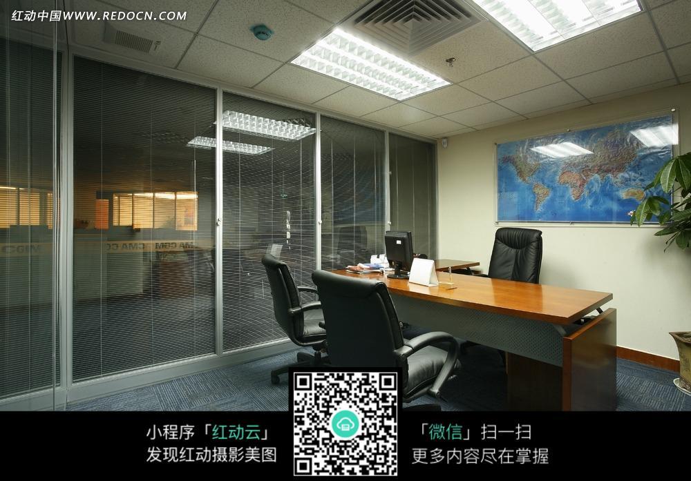 办公室桌子和皮椅子