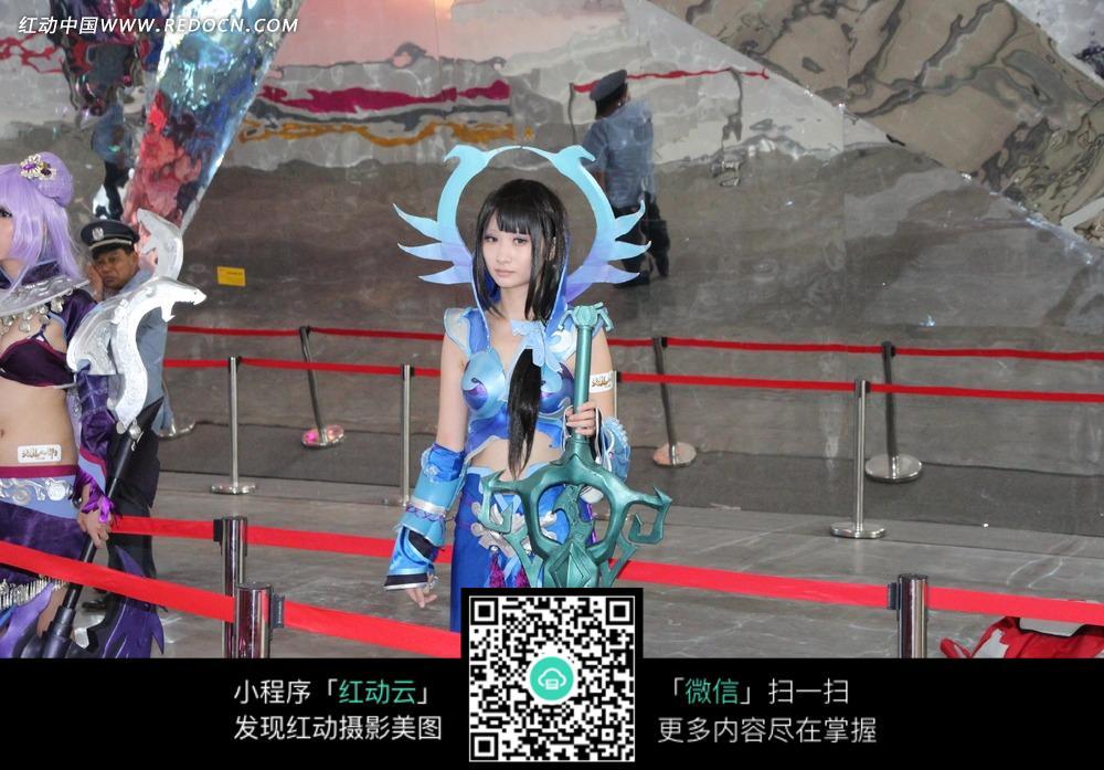 展会模特-穿着蓝色游戏服饰拿着大剑的美女图片