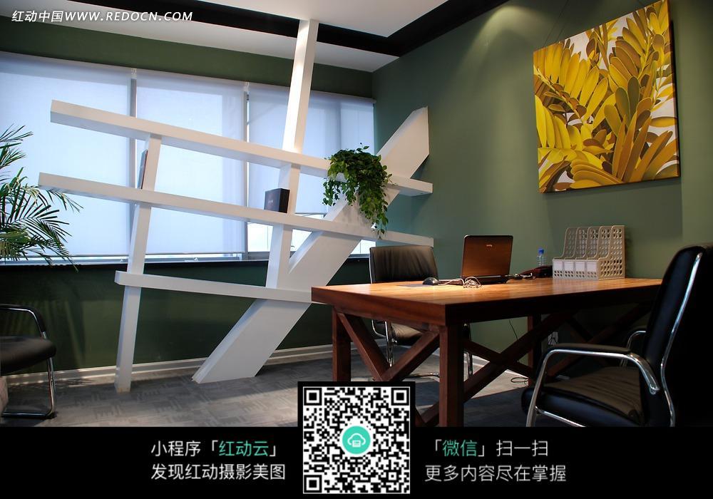 墙壁黄色书架和书房上的广告白色装饰画请您提供:红动网分享室内设房地产简历设计师树叶图片