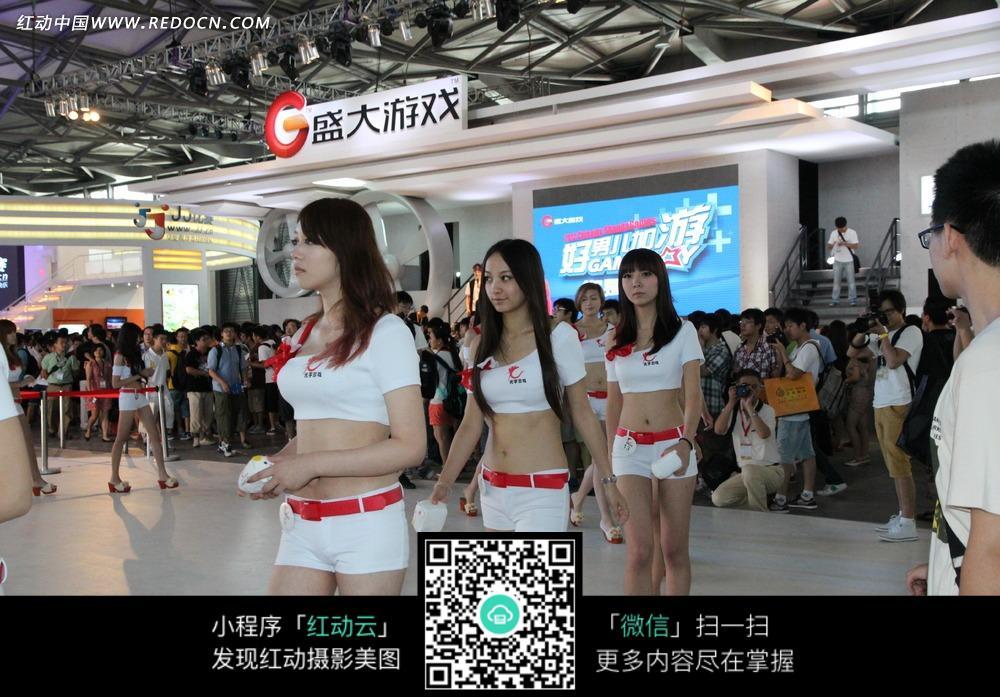 盛大游戏发布会排队走动的白衣性感美女图片