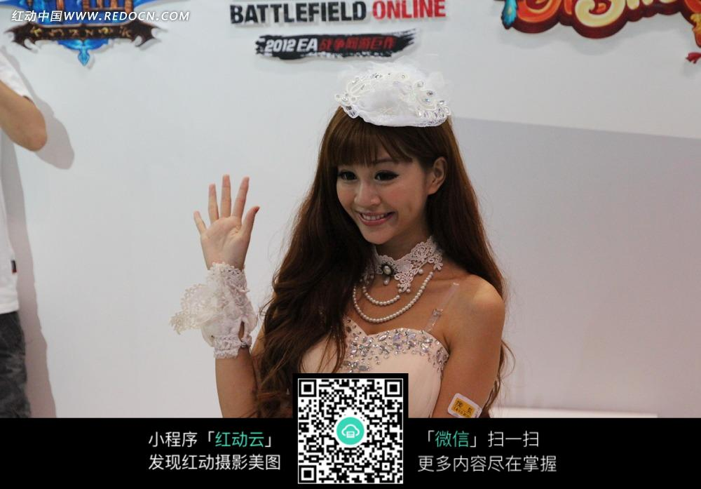 游戏展白色蕾丝头饰挥手的抹胸公主服饰的美女