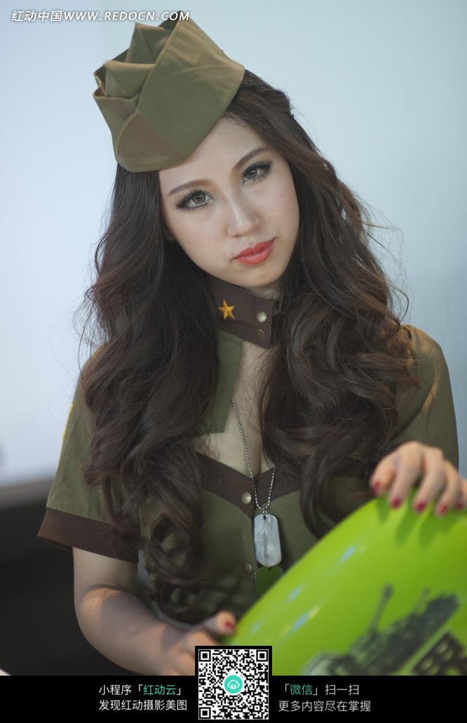 戴着制服帽子的长发美女图片