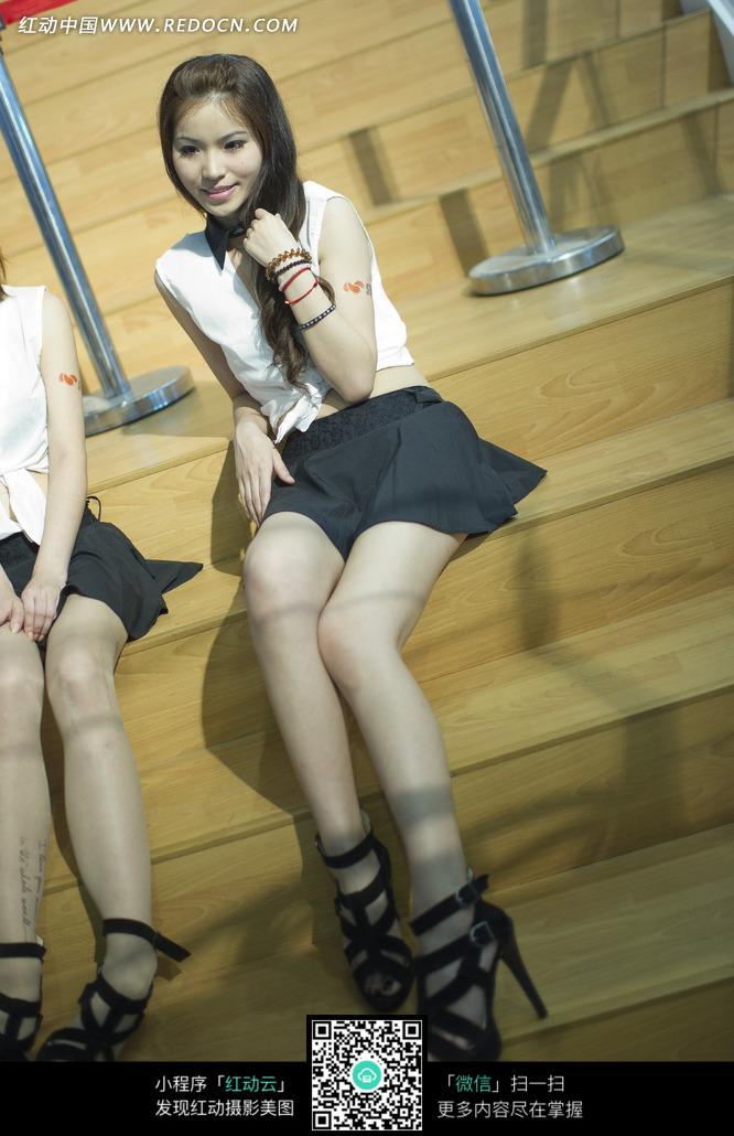游戏展坐在梯级的超短裙高跟鞋长腿美女图片