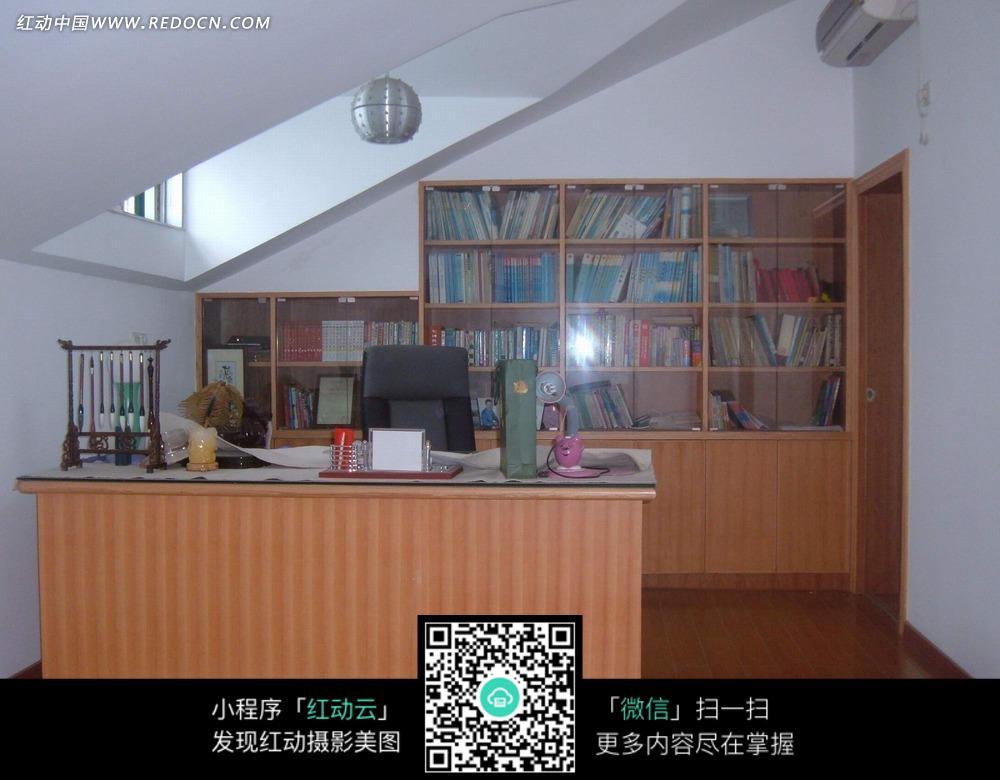 书香气息书房柜子和办公桌图片