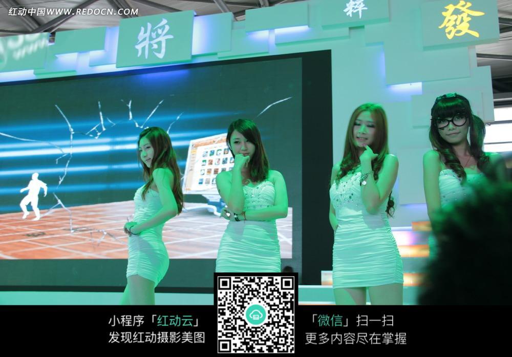 展会模特 绿色灯光照在舞台上的白衣美女身上