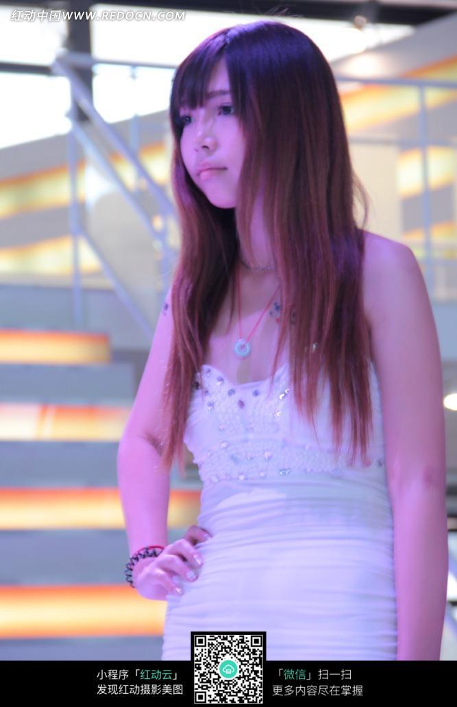 叉腰向左看白色裙子的游戏美女图片