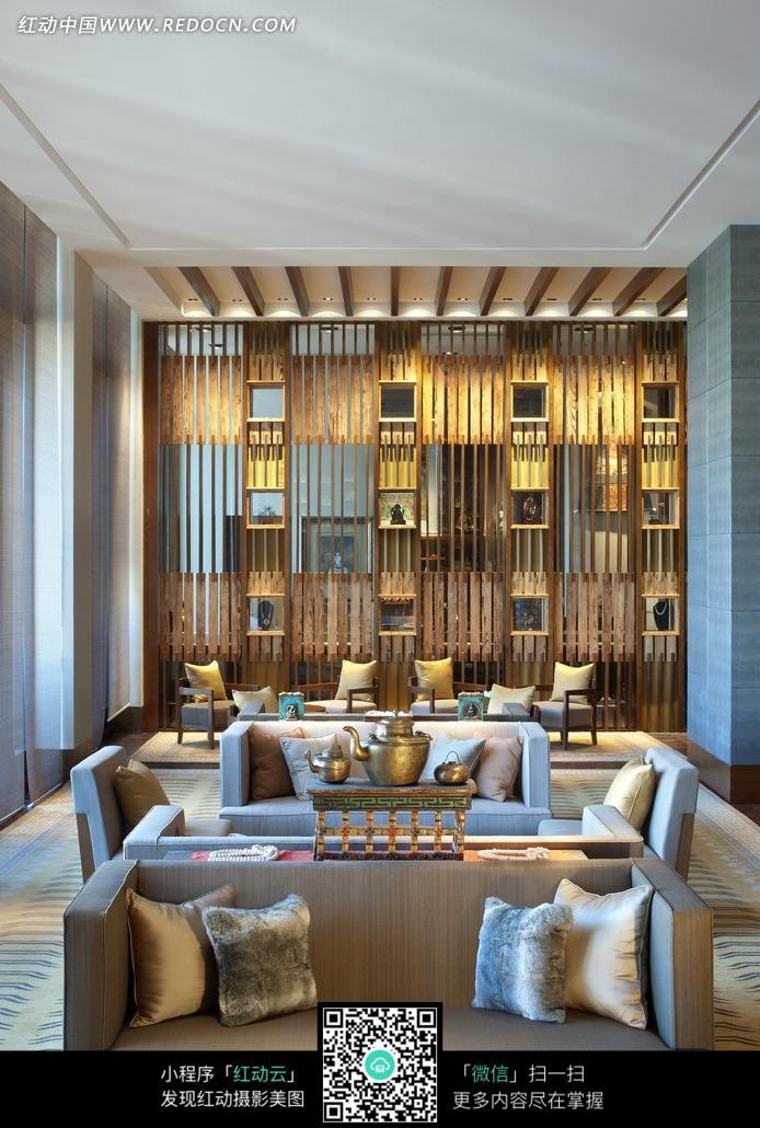 客厅墙壁上的木纹装饰和沙发上的抱枕图片