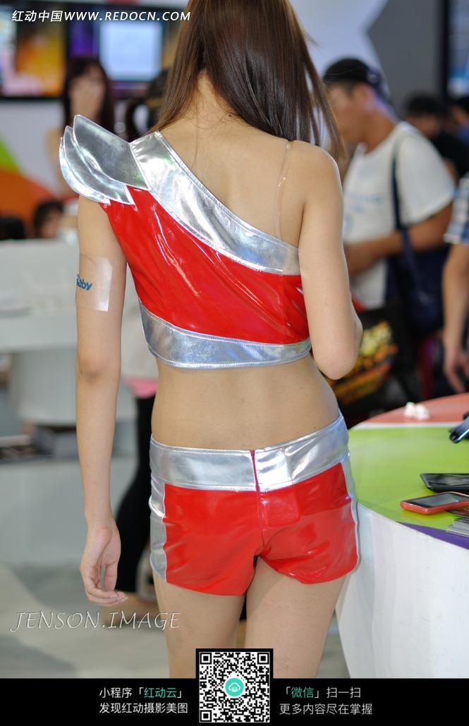 展会模特-穿着红色劲装模特背影