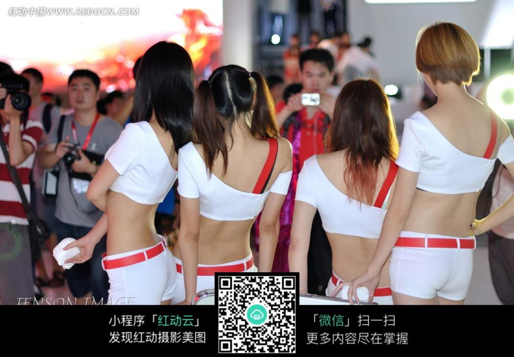 叉腰白色短裤的一群游戏美女图片