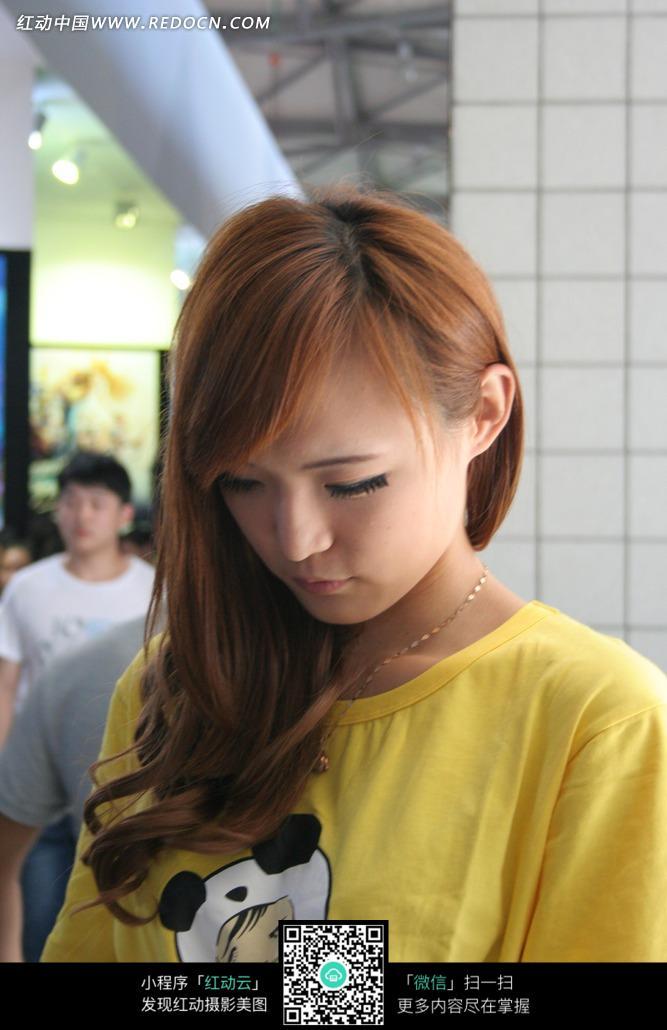 美女 黄色/展会模特/长发低头的黄色上衣的美女