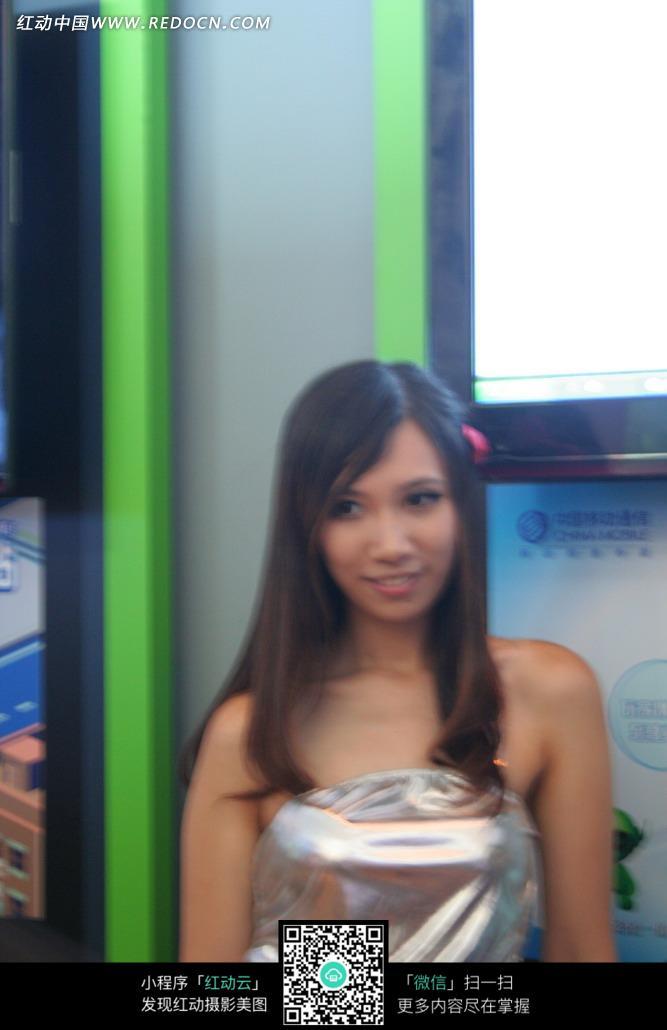 微笑银色裙子的游戏美女图片