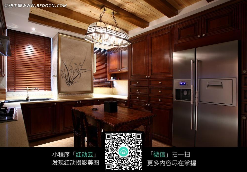 厨房内的餐桌橱柜和冰箱图片