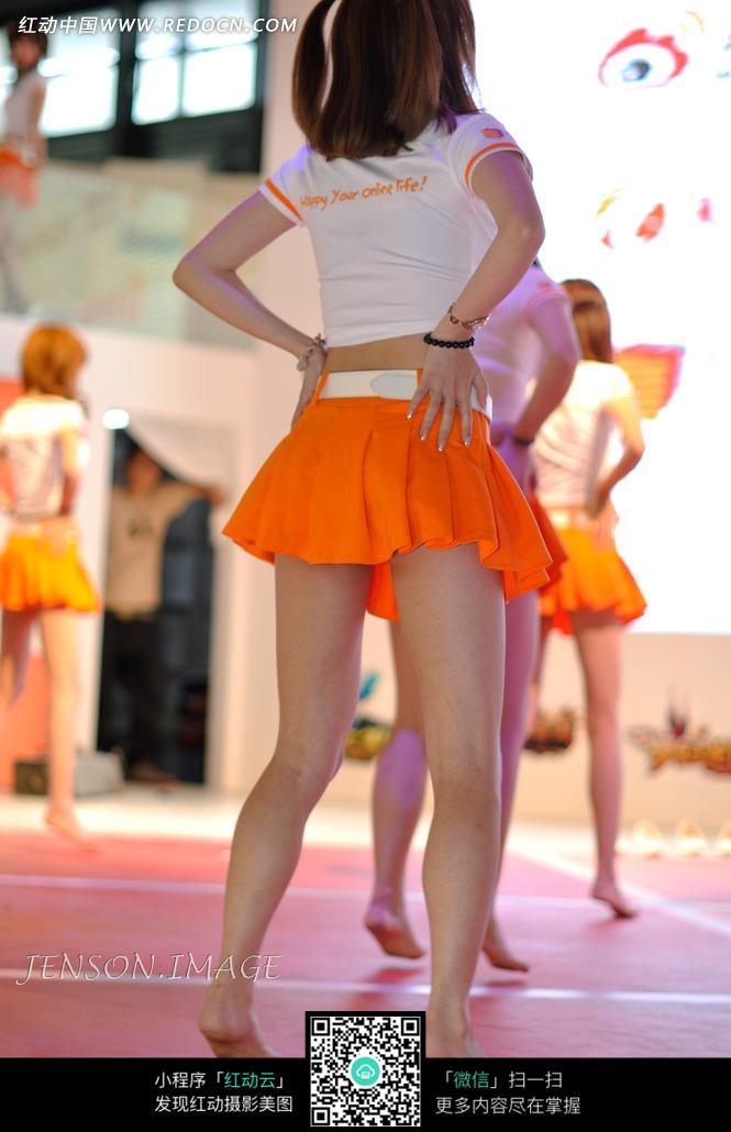赤脚跳舞的橙色短裙美女背影图片