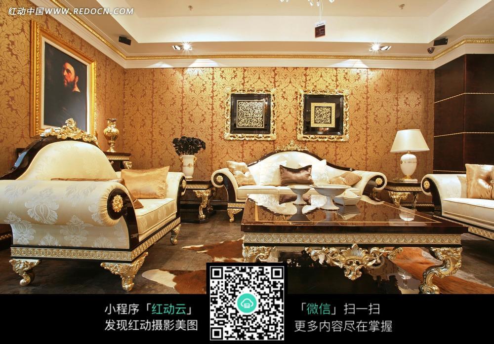 欧式豪华客厅里的沙发茶几和壁画图片