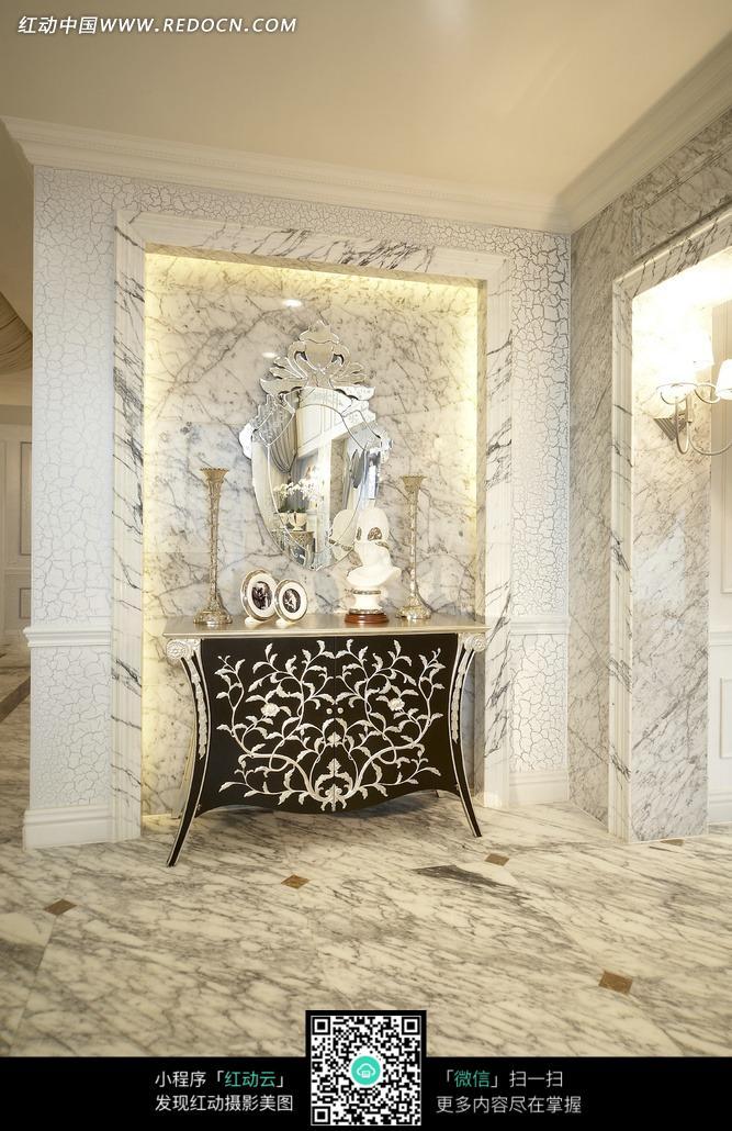 大理石墙壁上的创意镜子的柜子上的烛台装饰品