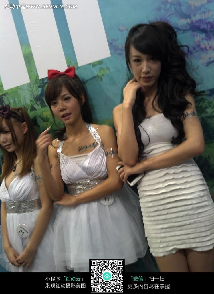 开心的三个白色裙子的游戏美女图片