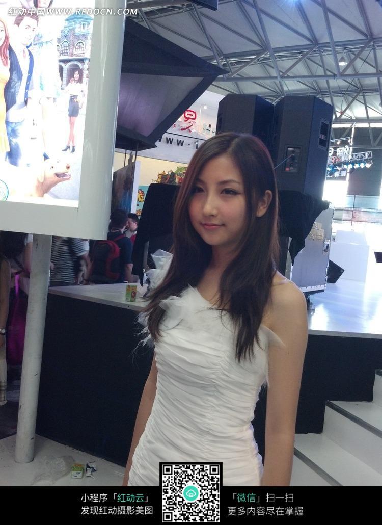 站立的白色紧身裙的游戏美女
