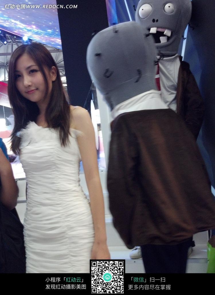 长发白色紧身裙的游戏美女图片