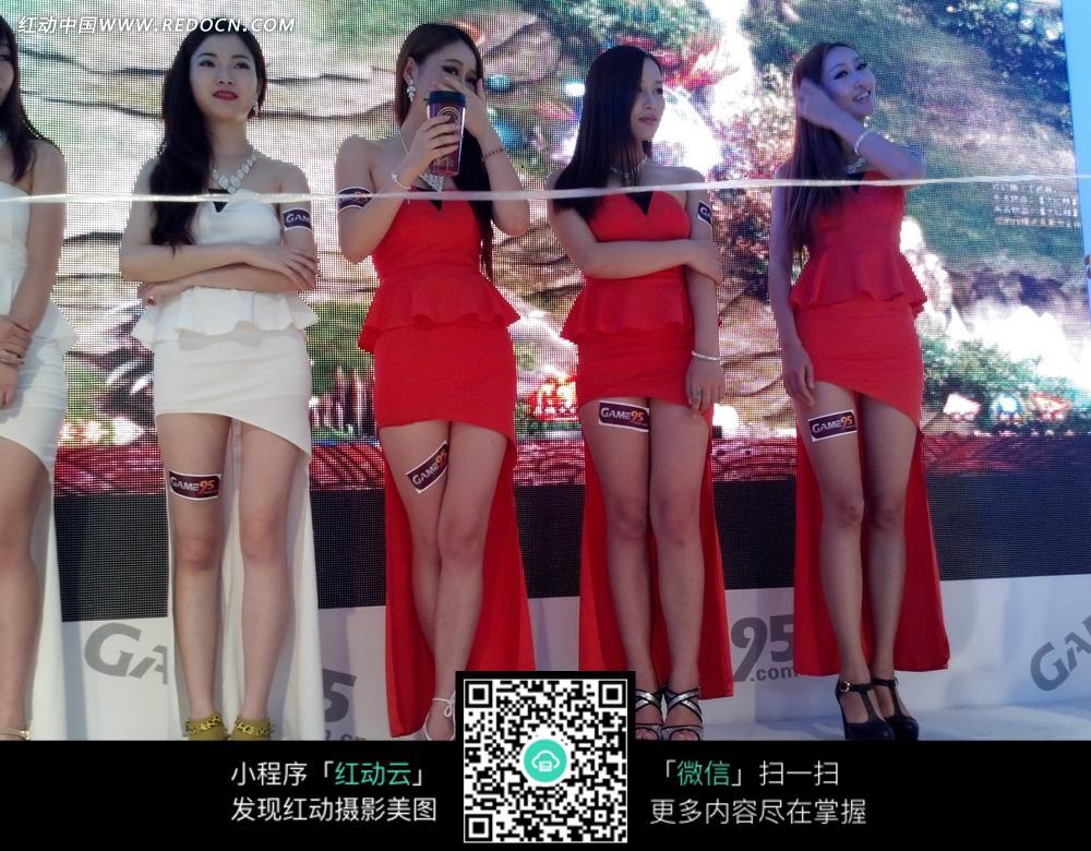 白色裙子红色裙子长发一群游戏美女图片