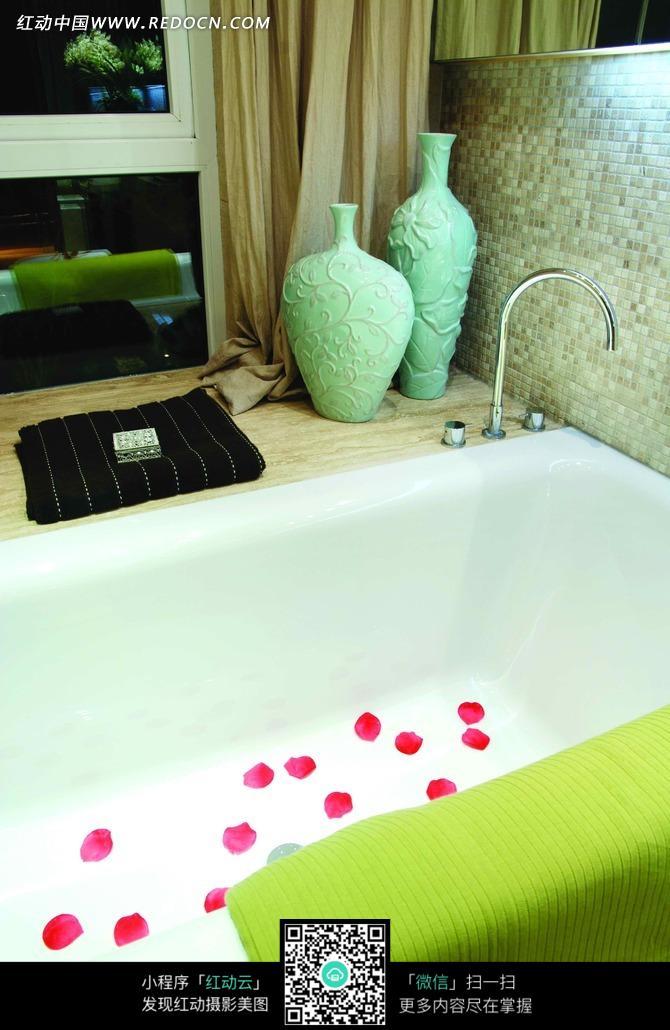免费素材 图片素材 环境居住 室内设计 白色浴缸里的花瓣和窗台 上的
