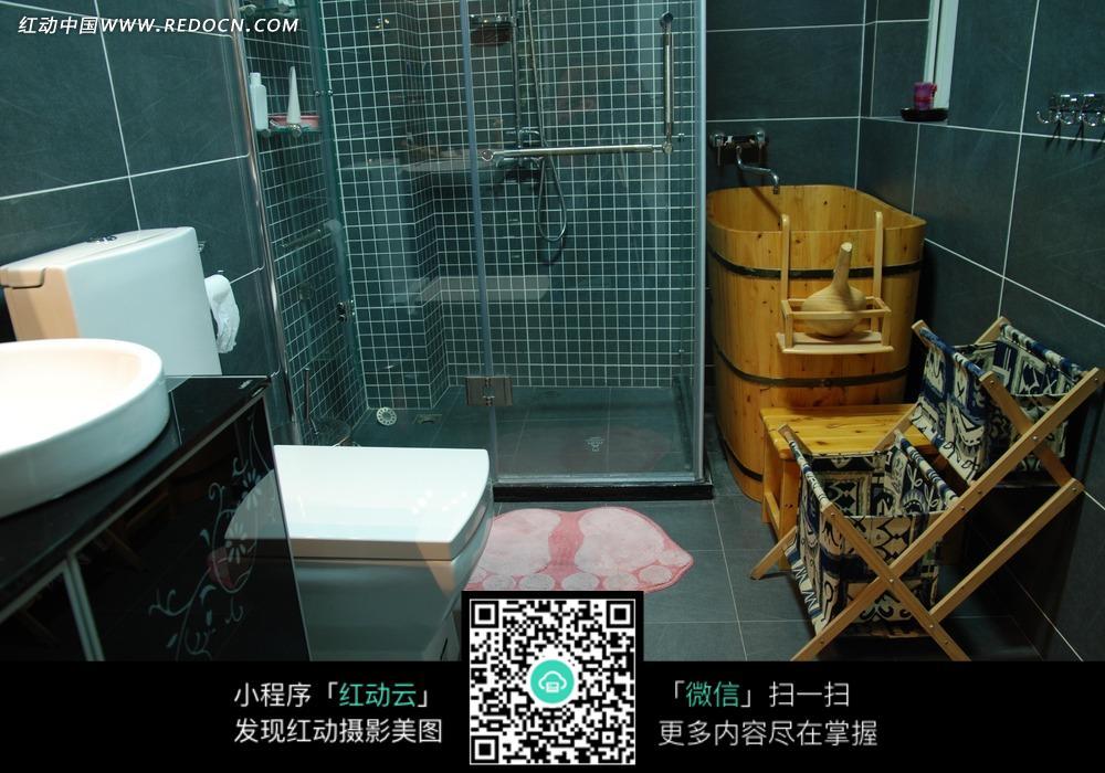 卫生间里的木制浴桶和马桶图片