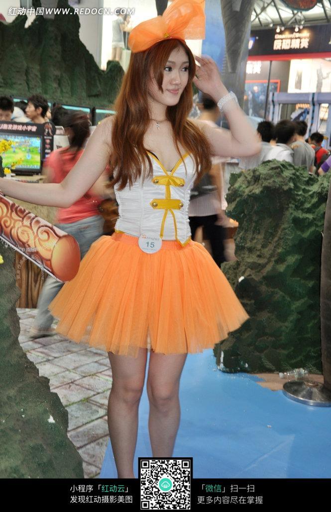 蝴蝶结橙色蓬蓬裙向右看的游戏美女图片
