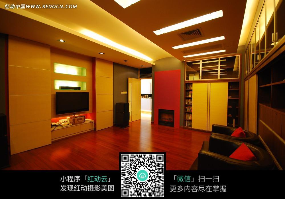 红色木地板装饰客厅内的黑色沙发图片_室内设计图片