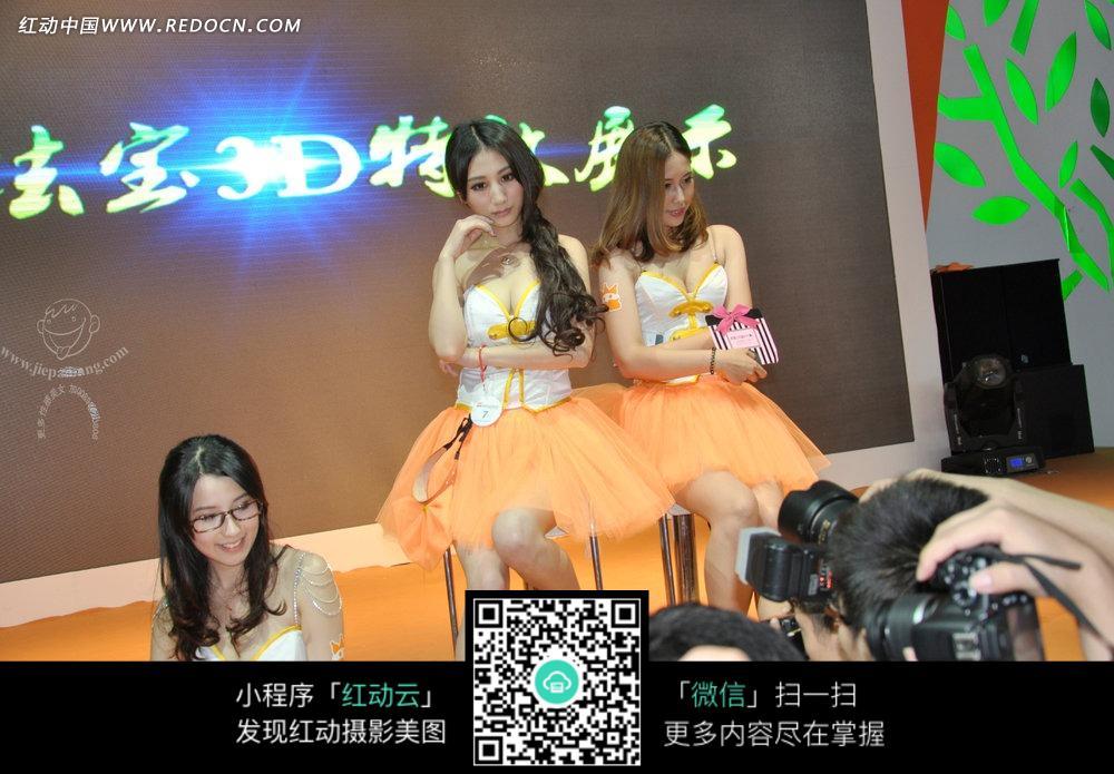 闪电灯下的橙色裙子的游戏美女图片