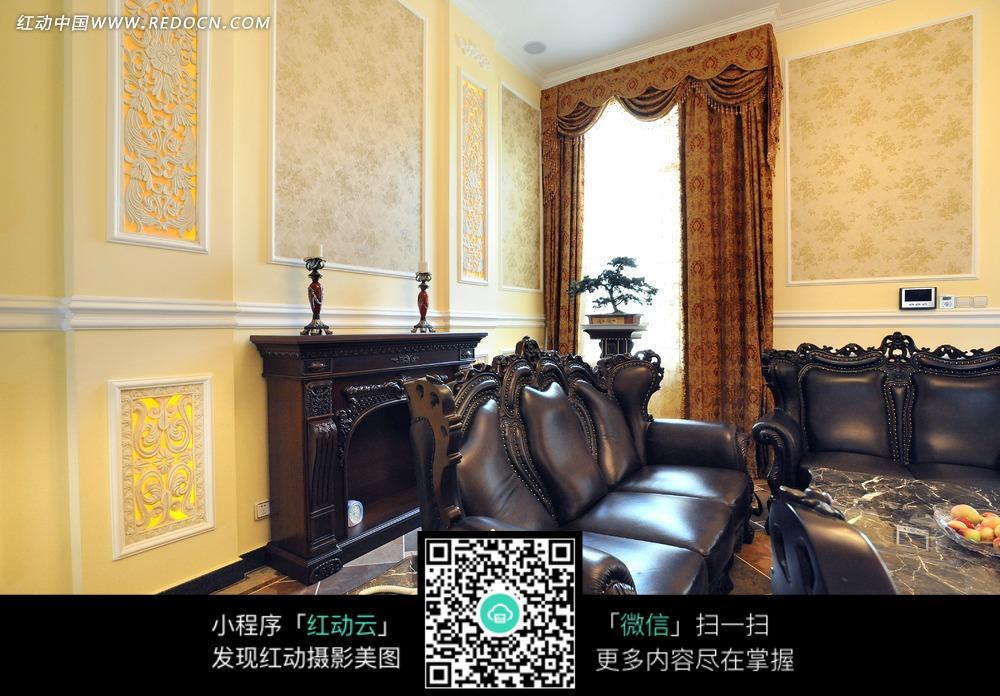客厅里的欧式沙发和壁炉