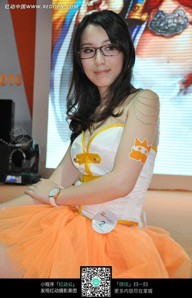 戴眼镜向右看的游戏美女图片