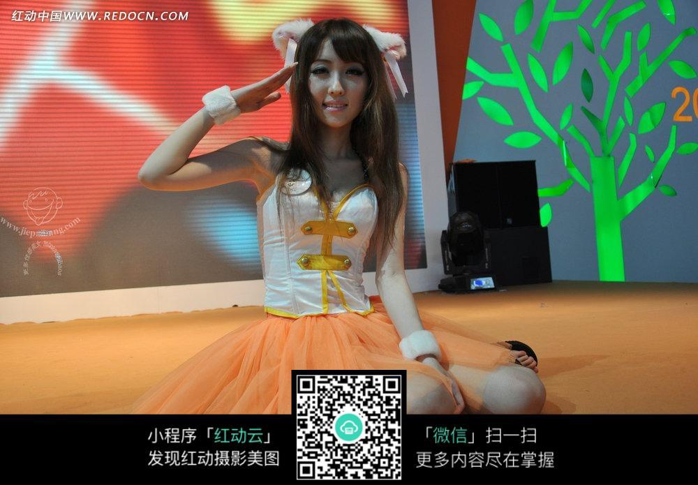 敬礼的橙色纱裙的游戏美女图片